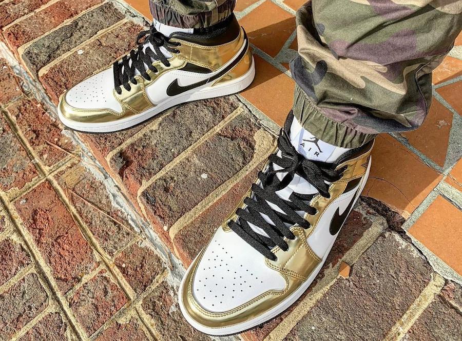 Air Jordan 1 mi-montante blanche et dorée on feet (1)