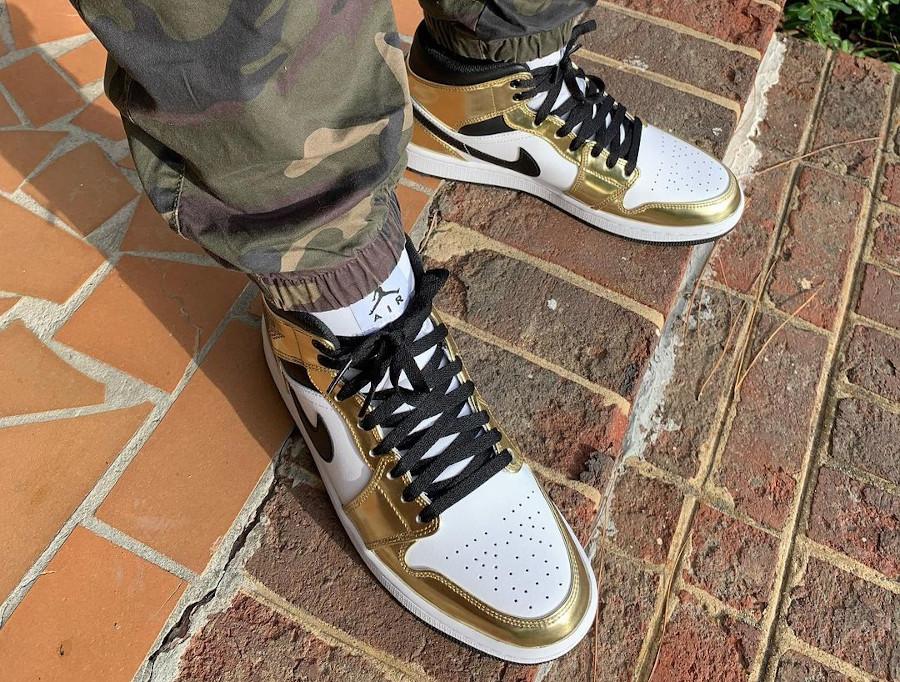 Air Jordan 1 mi-montante blanche et dorée on feet (2)