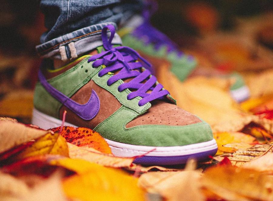 Nike Dunks Lo en suede vert marron et violet on feet (7)