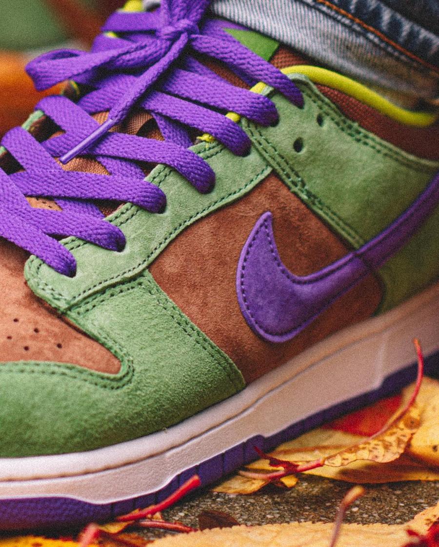 Nike Dunks Lo en suede vert marron et violet on feet (8)
