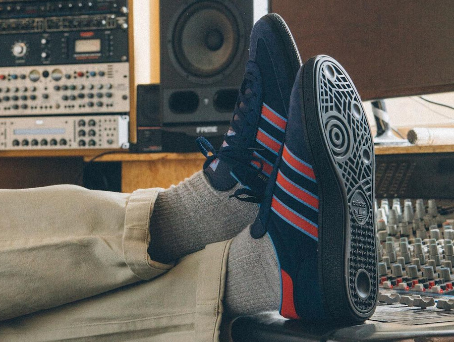 Adidas Manchester handball bleu et rouge on feet (1)