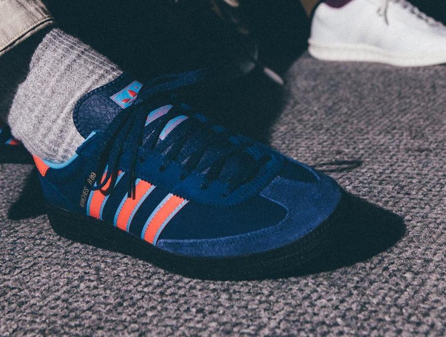 Adidas Manchester handball bleu et rouge on feet (2)