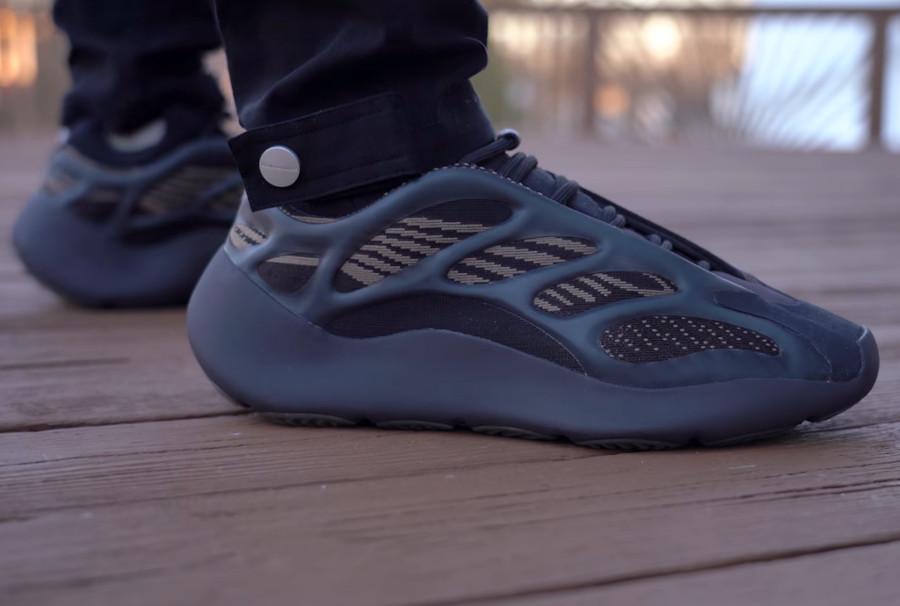 Adidas Yeezy 700 marron et beige on feet (1)