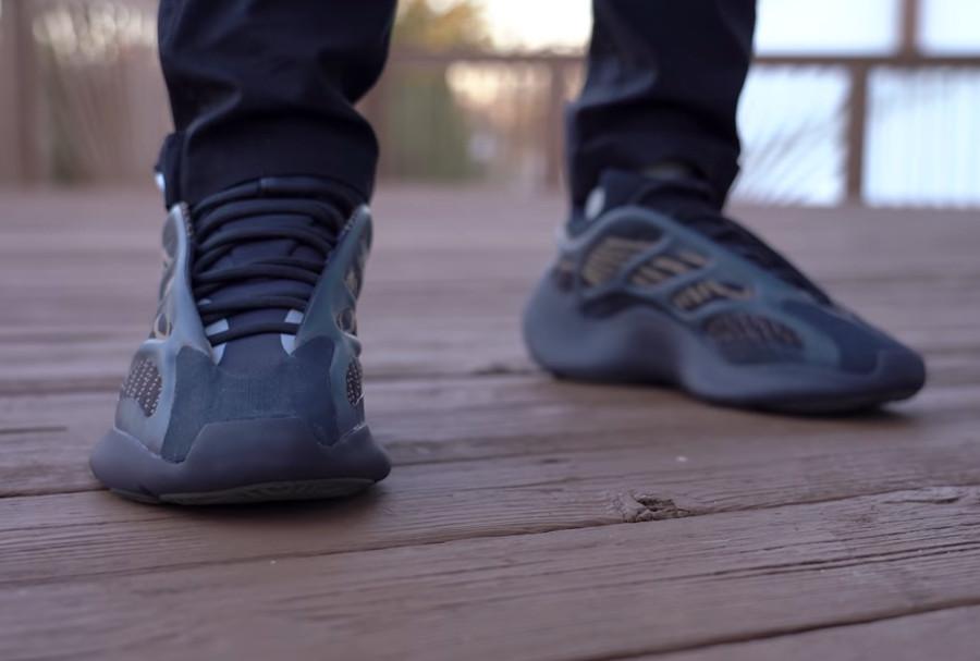 Adidas Yeezy 700 marron et beige on feet (2)