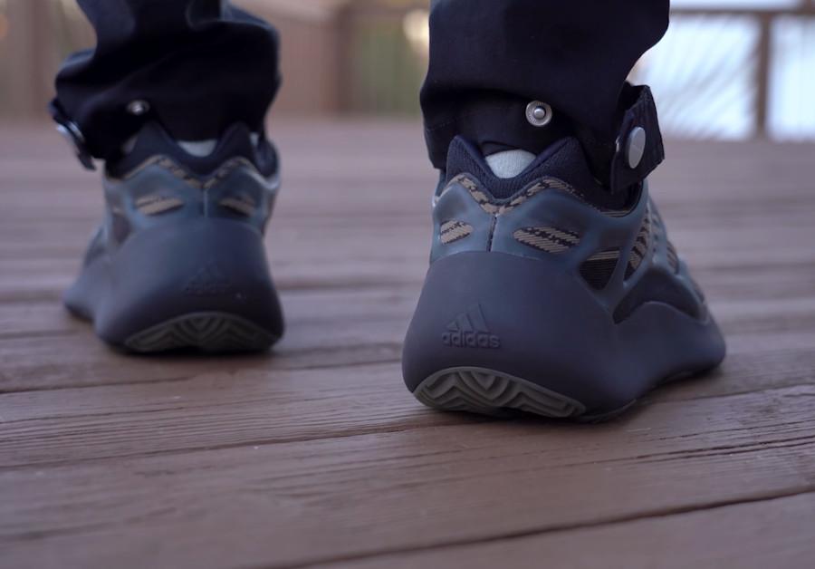 Adidas Yeezy 700 marron et beige on feet (3)