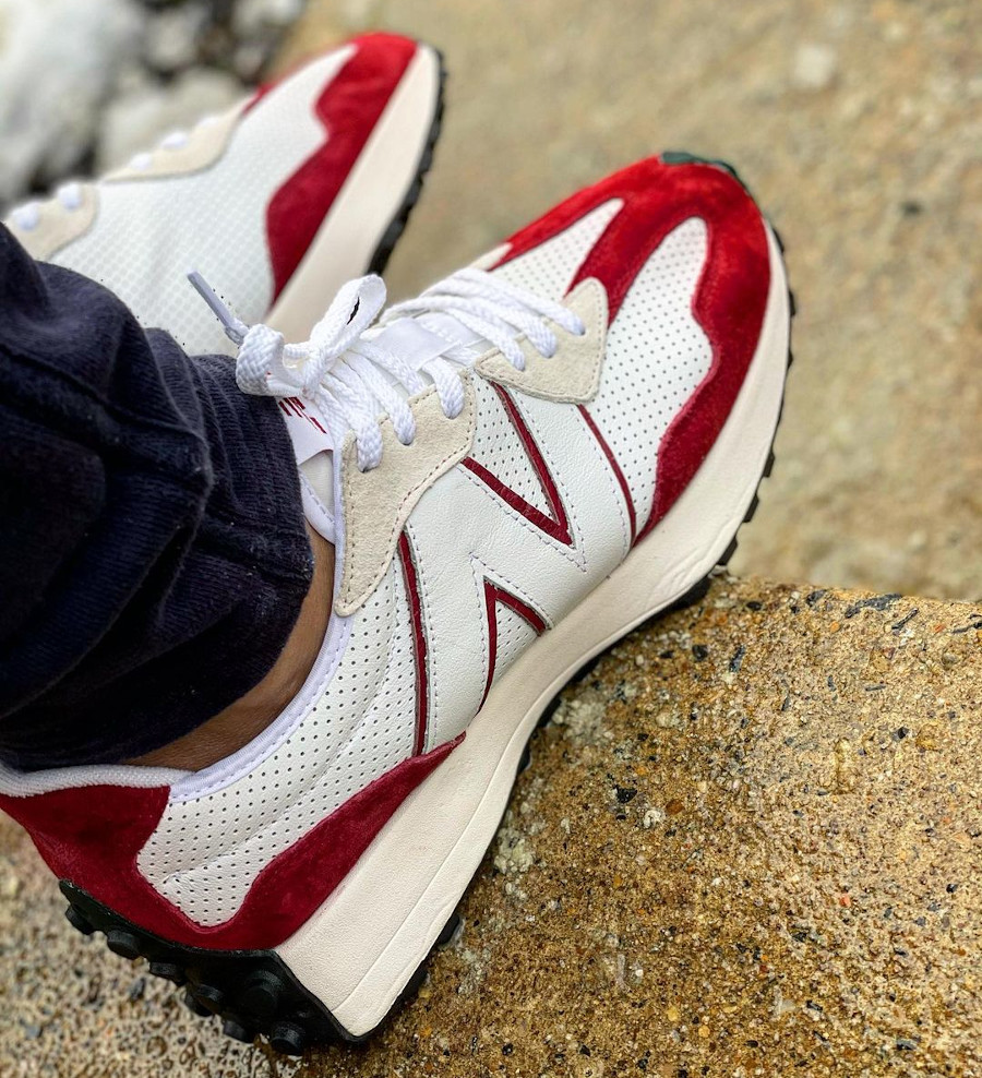 New Balance 327 blanche et rouge on feet (1)