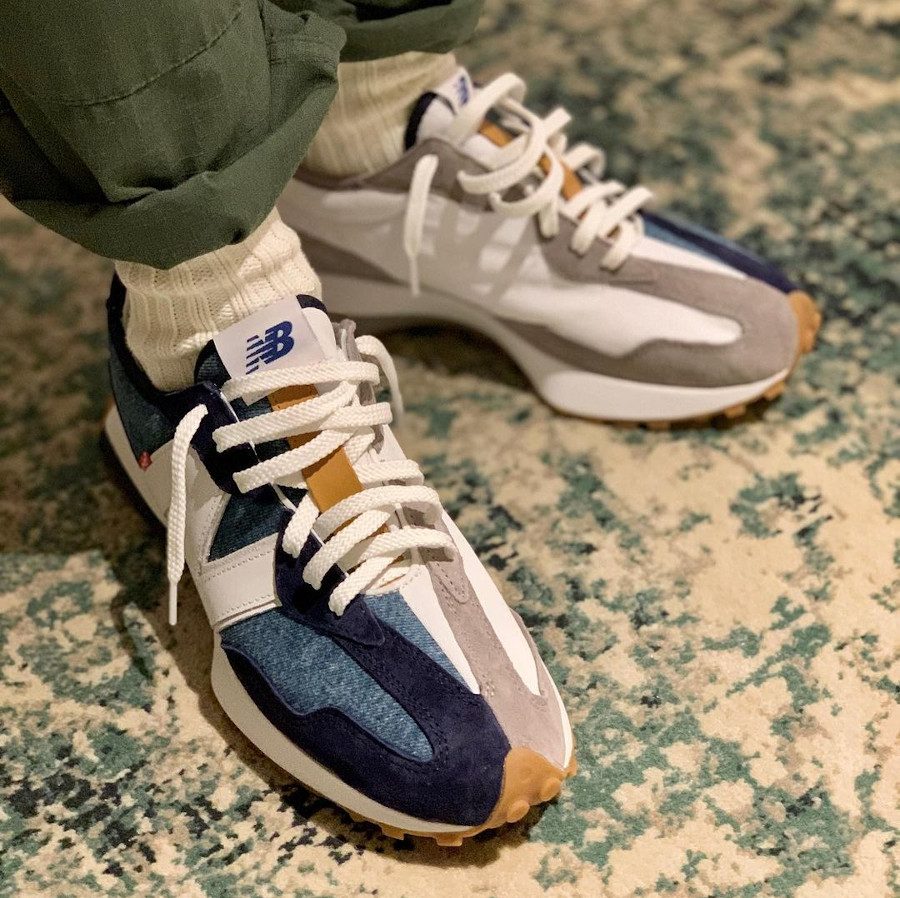 New Balance 327 en jeans bleu indigo on feet (3)