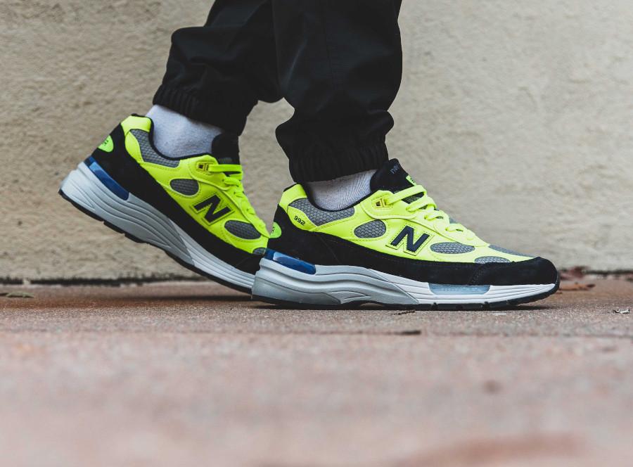 New Balance M992 noire grise et jaune fluo on feet