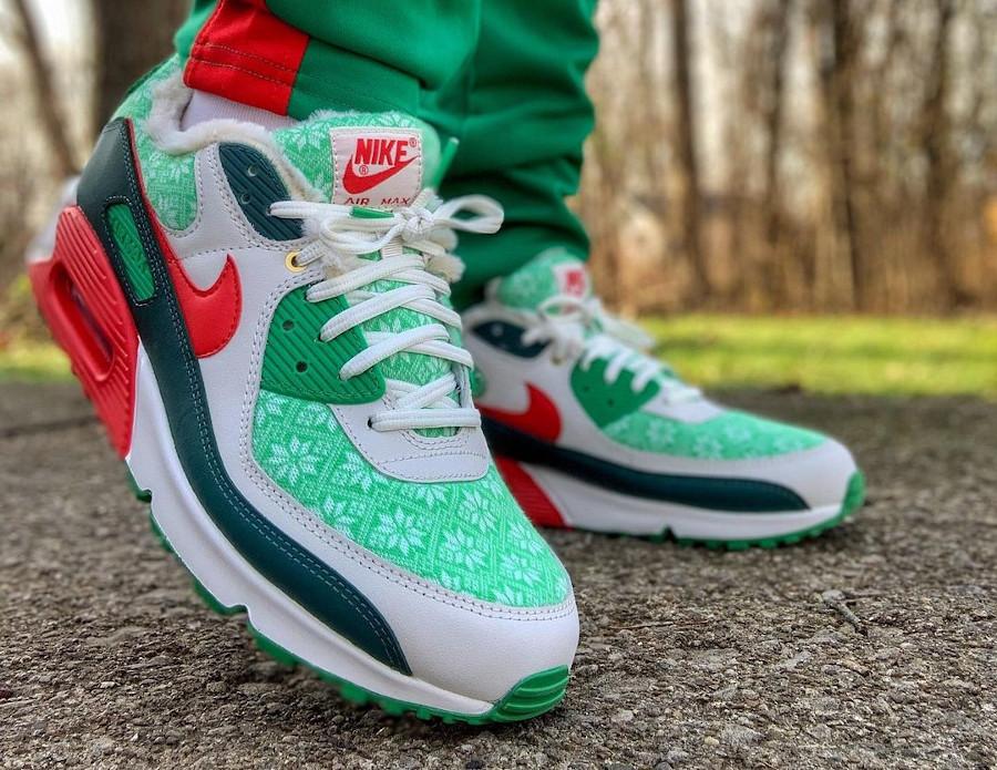 Nike 90 pull moche de Noël on feet (1)