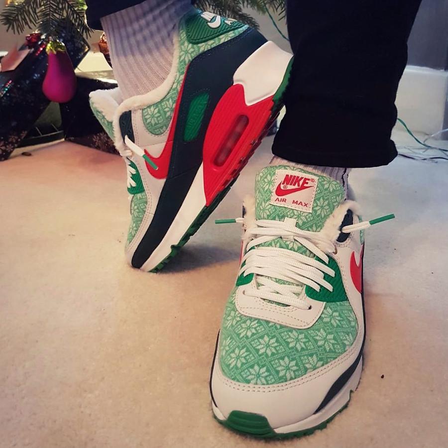 Nike 90 pull moche de Noël on feet (2)