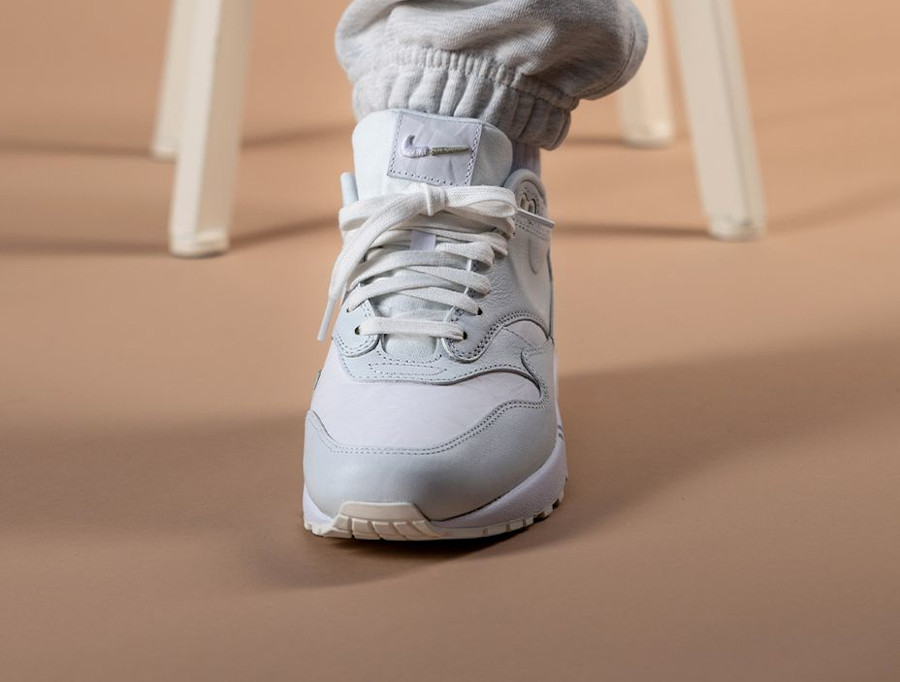 Nike Air Max 87 blanche Tears Away on feet (1)