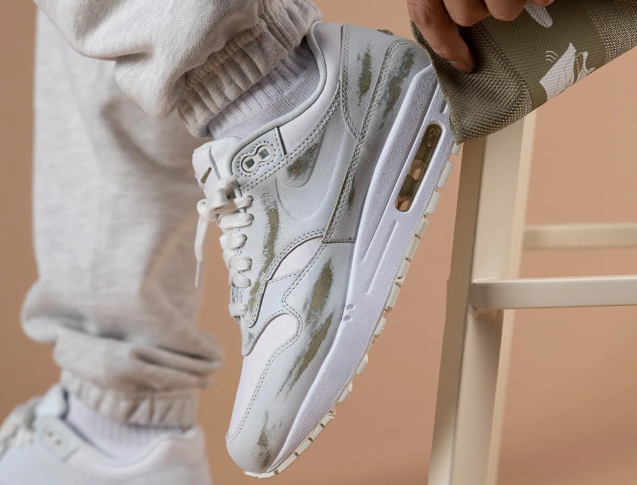 Nike Air Max 87 blanche Tears Away on feet (2)