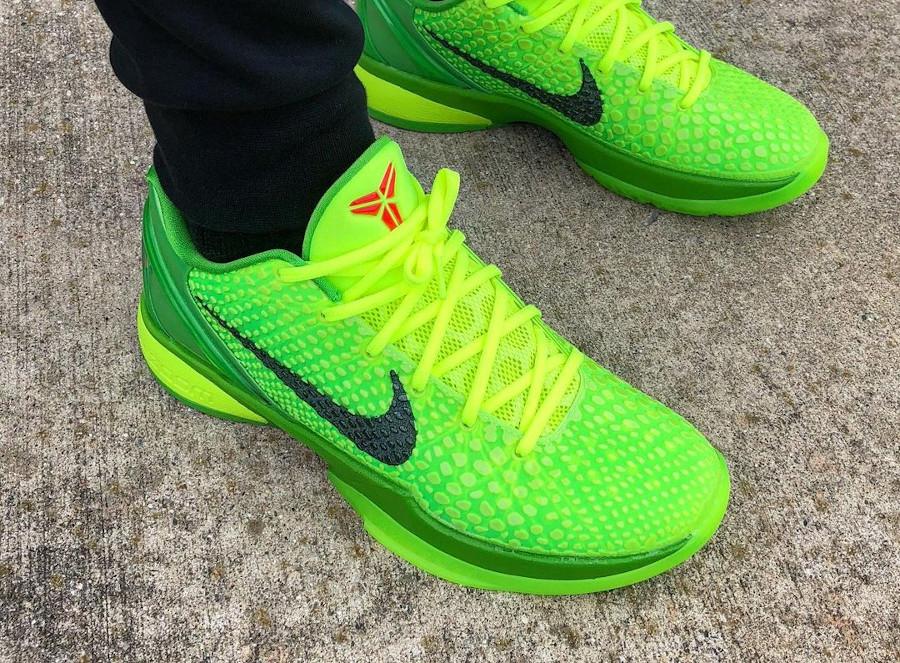 Nike Kobe VI reptile vert fluo on feet (1)