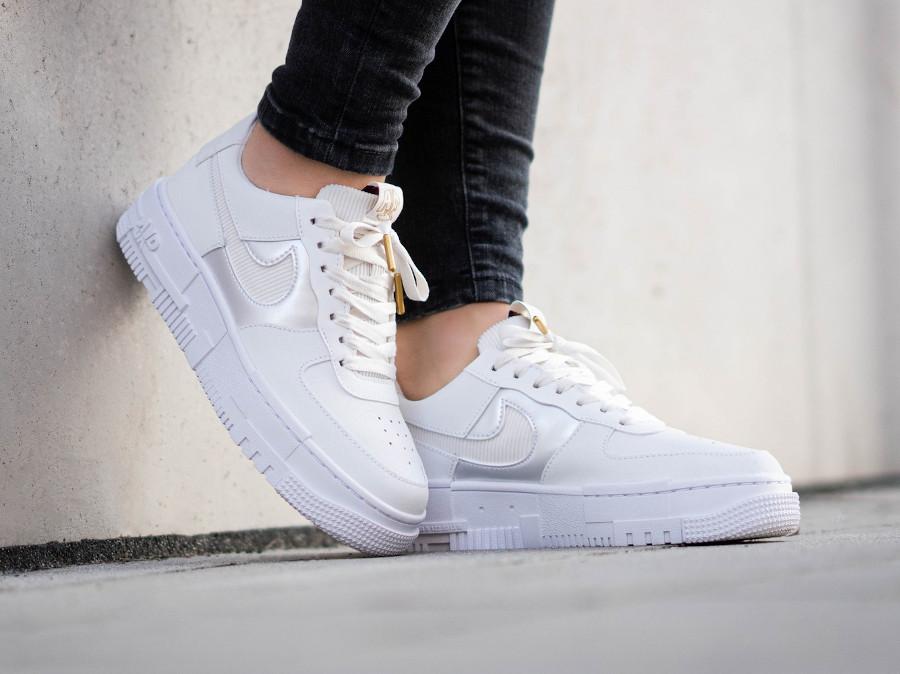 Nike Wmns AF1 Pixel blanche avec une chaîne en or (1)