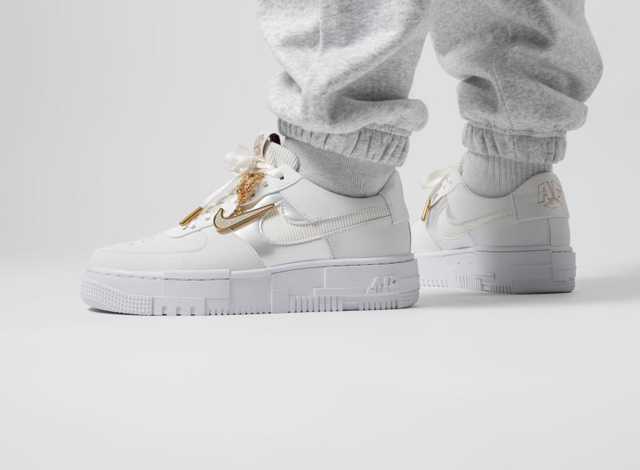 Nike-Wmns-AF1-Pixel-blanche-avec-une-chaine-en-or-2