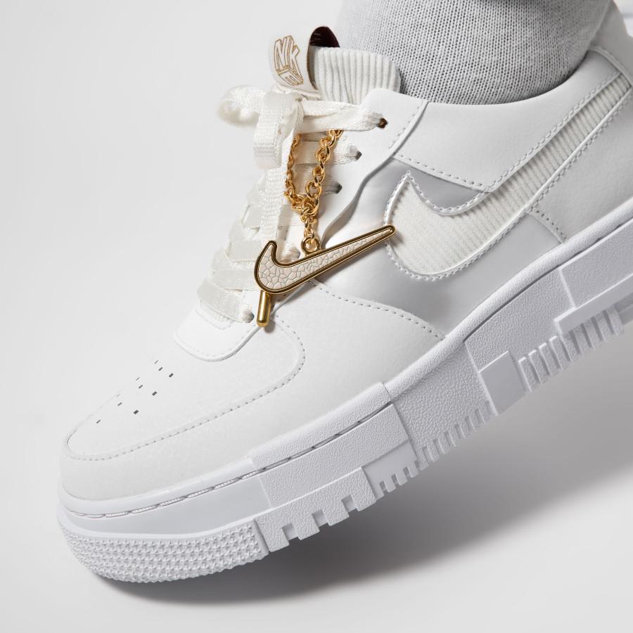 Nike-Wmns-AF1-Pixel-blanche-avec-une-chaine-en-or-3