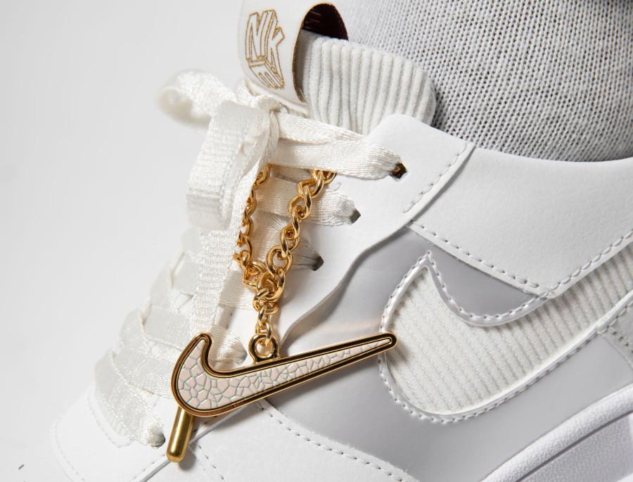 Nike-Wmns-AF1-Pixel-blanche-avec-une-chaine-en-or-4