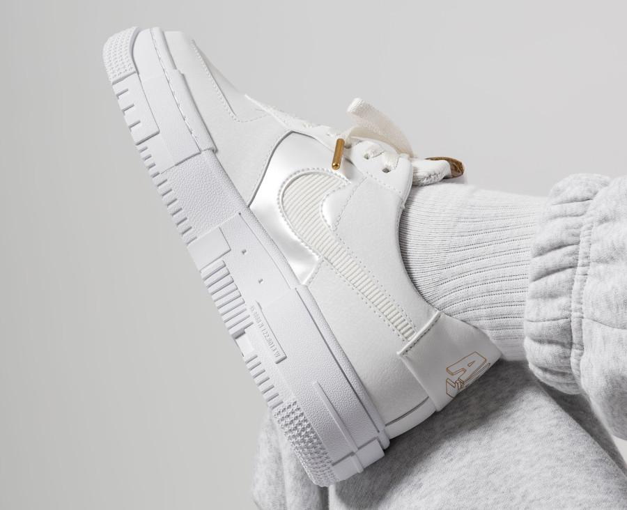 Nike-Wmns-AF1-Pixel-blanche-avec-une-chaine-en-or-5