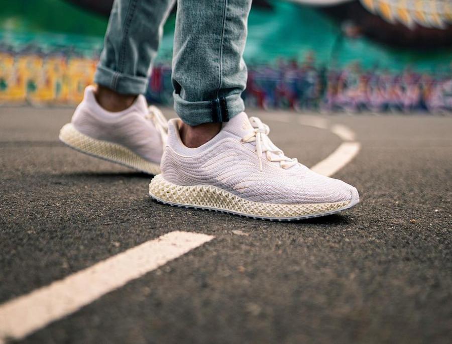 Adidas 4D en Primeknit recyclé blanc et beige on feet (1)