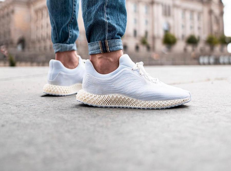 Adidas 4D en Primeknit recyclé blanc et beige on feet (2)