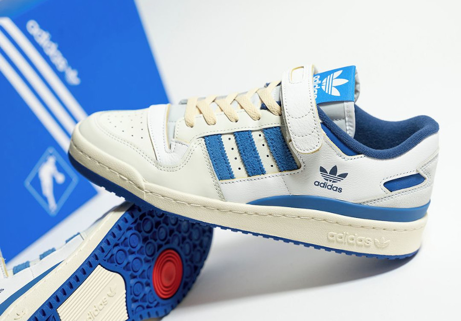 Adidas Forum 1984 basse blanche et bleue (1)
