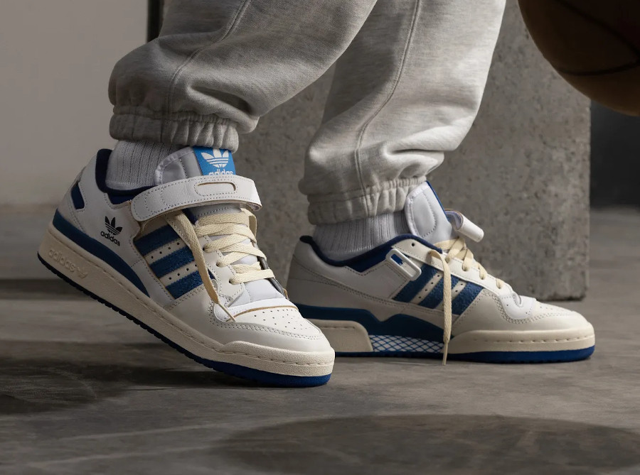 Adidas Forum 1984 basse blanche et bleue on feet