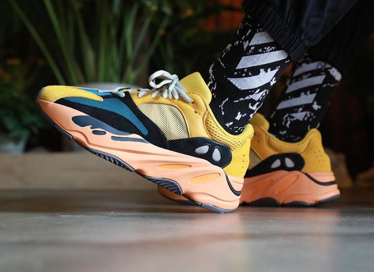 Adidas Yeezy 700 jaune moutarde grise noir et orange on feet (2)