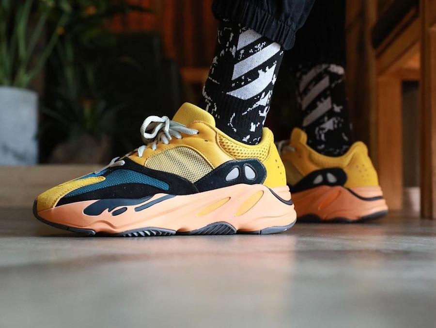Adidas Yeezy 700 jaune moutarde grise noir et orange on feet (3)