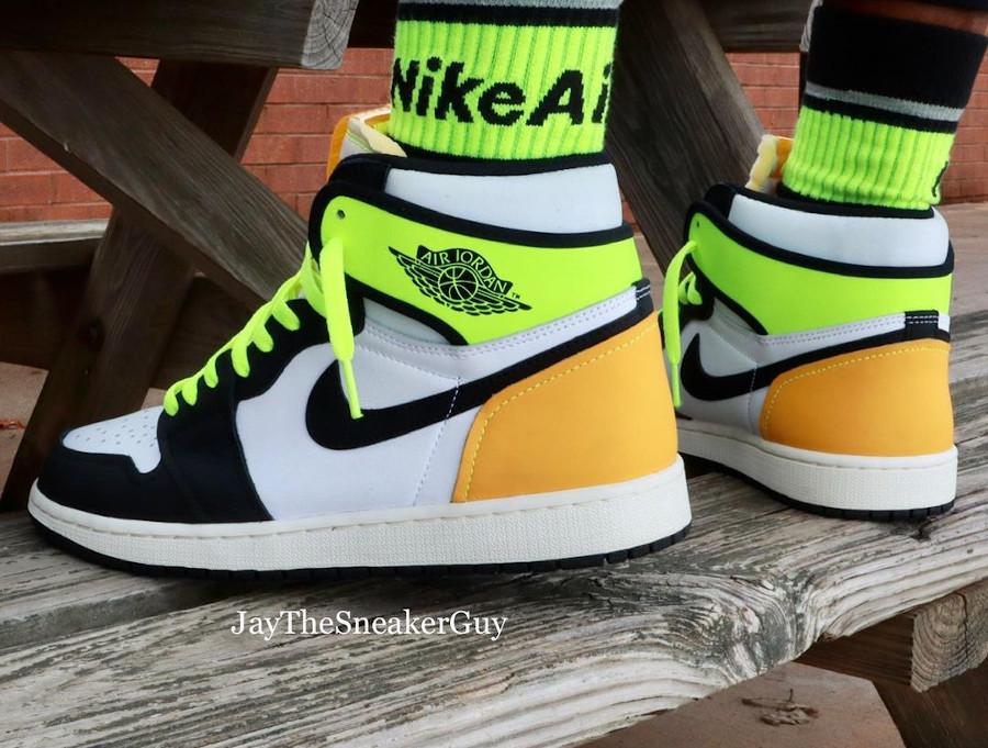 Air Jordan 1 Black Toe vert fluo et jaune moutarde on feet (1)