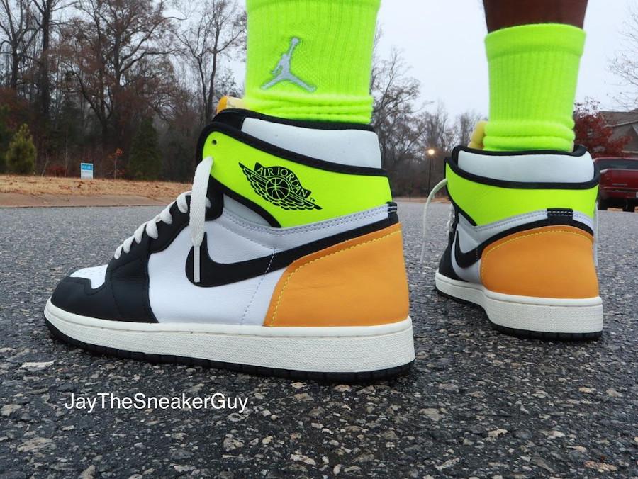 Air Jordan 1 Black Toe vert fluo et jaune moutarde on feet (2)