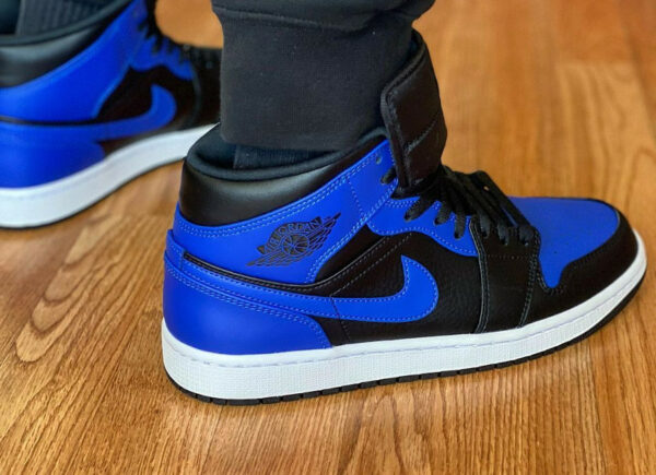 Air Jordan 1 mi-montante bleu et noir on feet (1)