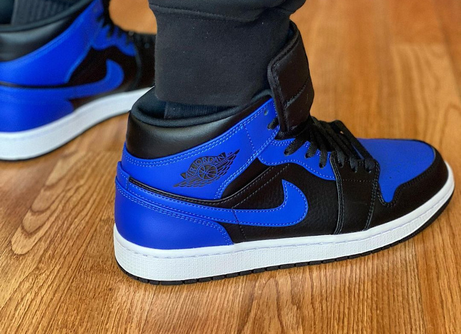 Air Jordan 1 mi-montante bleu et noir on feet (1)