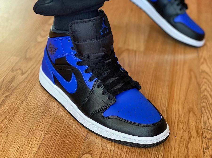 Air Jordan 1 mi-montante bleu et noir on feet (2)