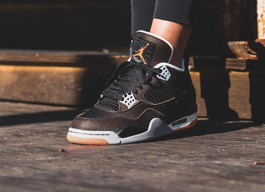 Air Jordan 4 en tissu brillant noir et orange on feet (1)
