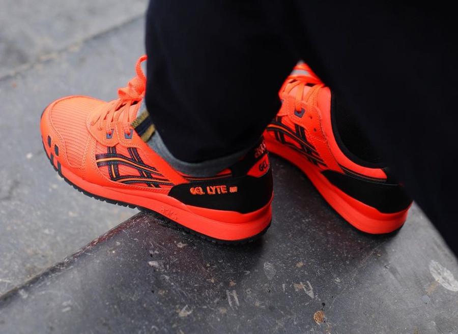 Asics Sportstyle Gel Lyte III rouge fluo on feet (2)
