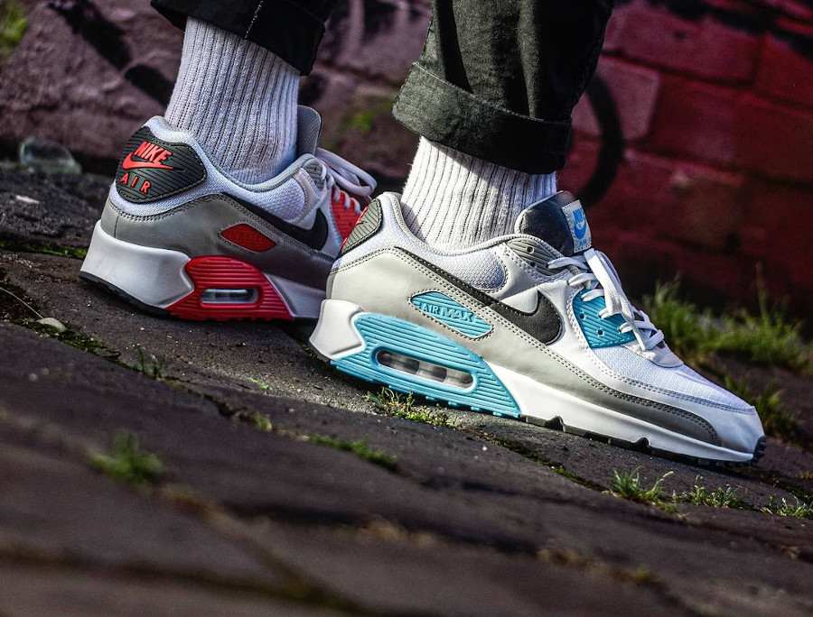 Nike 90 dépareillée blanche bleu ciel et rouge on feet (2)