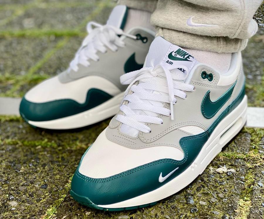 Nike AM1 2021 en cuir gris blanc et vert turquoise on feet