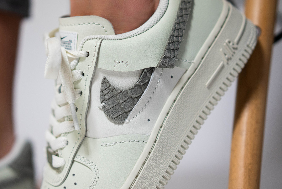 Nike Air Force 1 Vandalized Inside out beige (imprimé serpent) on feet (1)