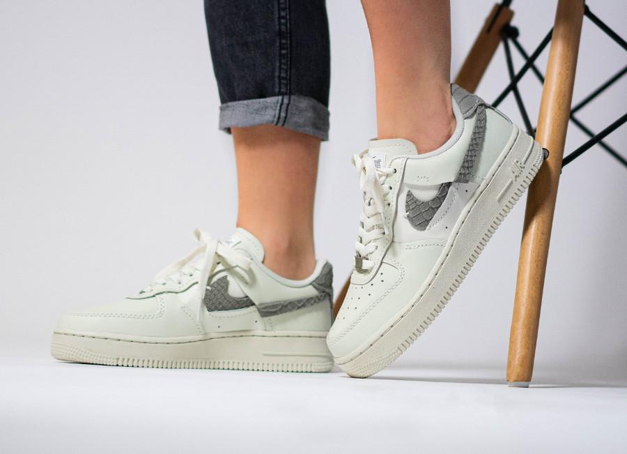 Nike Air Force 1 Vandalized Inside out beige (imprimé serpent) on feet (2)