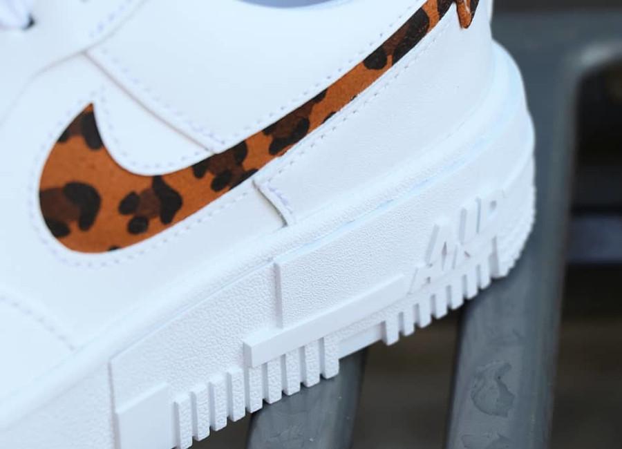 Nike Air Force One Pixel blanche avec imprimé guépard (5)