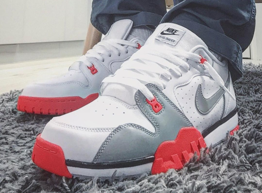 Nike Cross Trainer Low blanche grise et rouge (9)