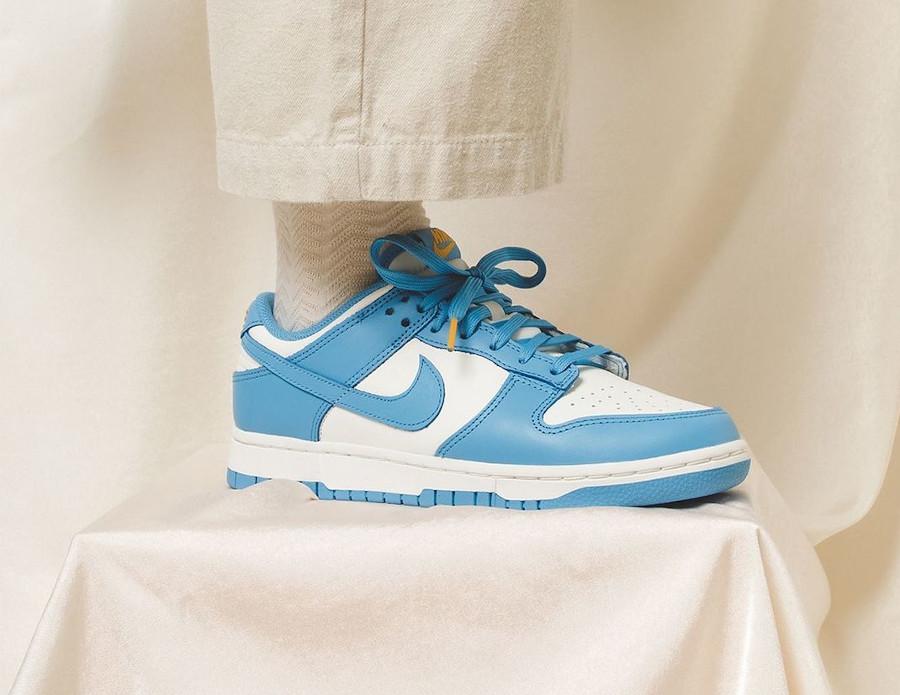 Nike Dunk Low 2021 blanche et bleu ciel on feet