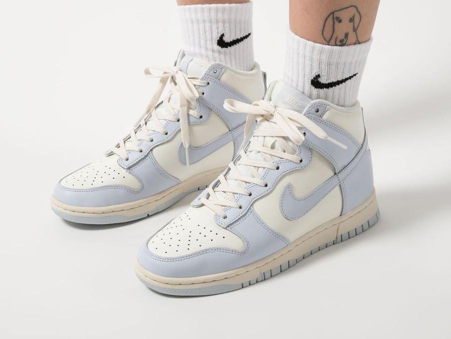 Womens Nike Dunk montante 2021 gris bleu on feet (2)