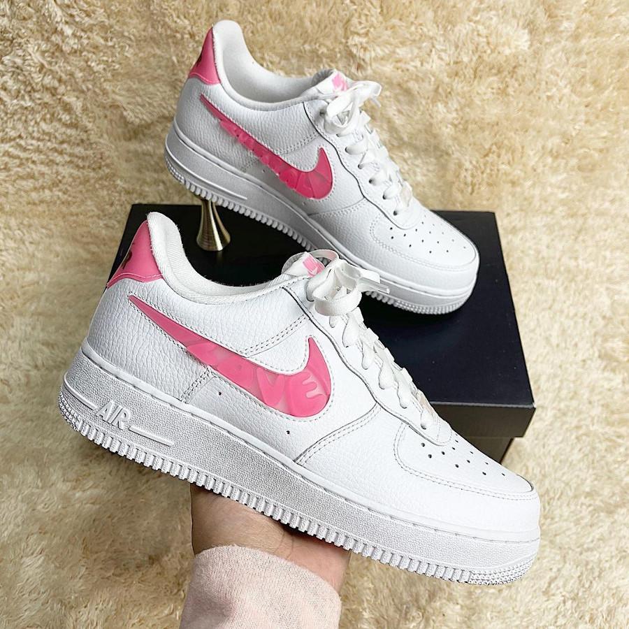 Nike AF1 Low femme blanche (amour en lettres roses) (3)