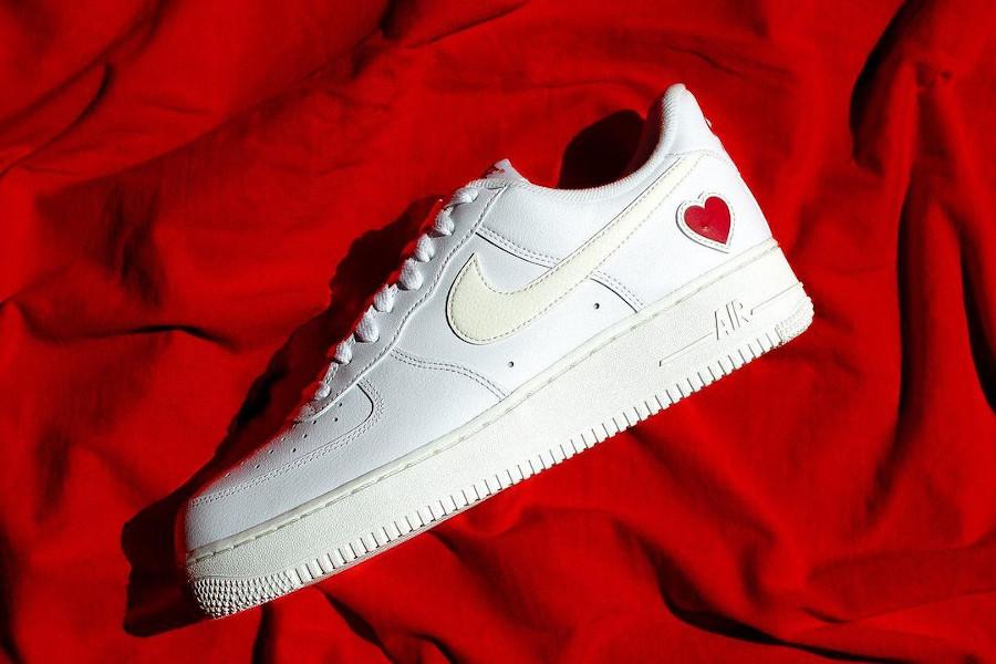 Nike AF1 blanche avec un petit coeur rouge (1)