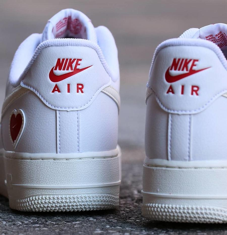 Nike AF1 blanche avec un petit coeur rouge (3)