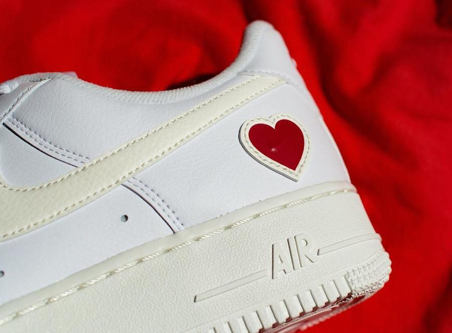 Nike AF1 blanche avec un petit coeur rouge (4)