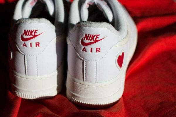 Nike AF1 blanche avec un petit coeur rouge (5)