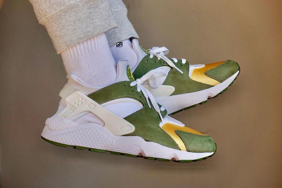 Nike Air Huarache Leather jaune et verte on feet