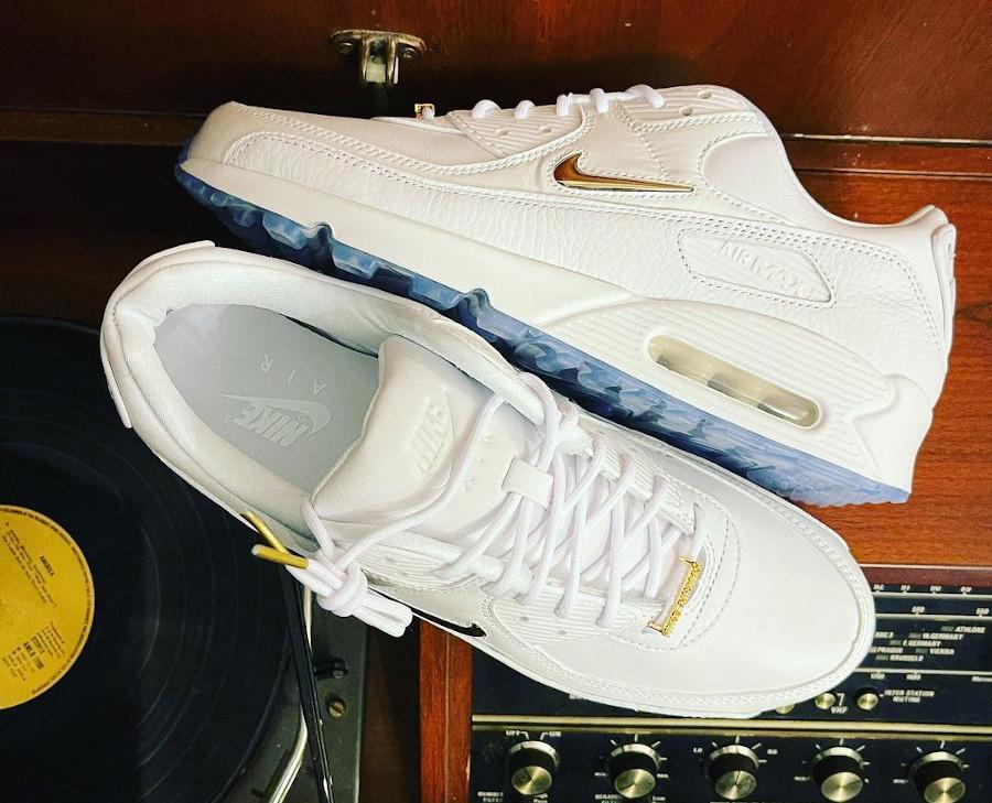 Nike Air Max 90 blanche mini Swoosh dorée (2)